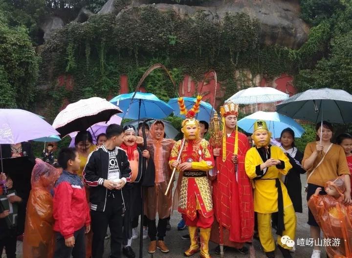 嵖岈山感人一幕:唐僧师徒雨中为游客送暖心姜汤