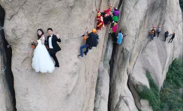 """用""""绳命""""在拍婚纱照!30米高空秀恩爱,连他们也来围观…"""