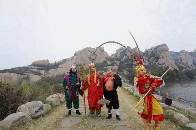 """""""美猴王""""师徒四人嵖岈山上演真功夫 赢得游人拍照围观"""