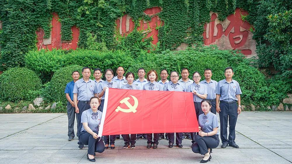 """弘扬社会主义核心价值观-嵖岈山风景区""""党的99岁华诞,我们重温入党誓词"""""""